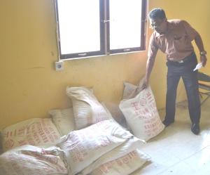 Petugas PPNS Bidang PErlindungan Konsumen Disperindag Inhil, Edwar menunjukkan 15 karung tepung gypsum yang diamankan di gudang disperindag.