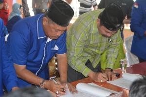 Pasangan H Syamsuddin Uti (baju biru) dan Muslimin