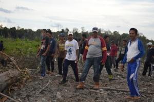 DPRD dan Dinas Perkebunan Inhil saat meninjau lokasi sengketa masyarakat Desa Pungkat dan PT SAL akhir pekan kemaren.