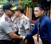Kasat Reskrim Ade Jambrah berjabat tangan dengan Kapolda Riau Brigjen Pol Dolly Bambang Hermawan saat kunjungan perdananya di Inhil belum lama ini.