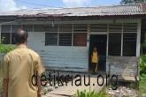 Kepsek SDN 09 Tembilahan Hulu sedang melihat kondisi Rumah Dinasnya yang difungsikan tempat belajar siswanya. Foto: Mirwan