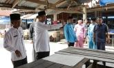 Walikota Pekanbaru Firdaus ST MT didampingi Kadis Pasar Sadri, Kepala DKP Azwan, dan Camat Limapuluh Erisman, Jumat (10/4) meninjau kondisi Pasar Limapuluh yang akan segera direhab.(foto Humas)