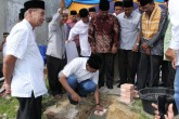 Walikota Pekanbaru H.Firdaus,ST.MT Meletakan Batu Pertama pada Perluasan Pembangunan Masjid Alhamdulillah RW.10 kelurahan Rejosari Kec.tenayan raya (humas pemko)