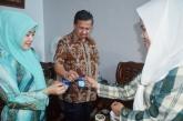 Kader kesehatan saat menyerahkan obat filariasis kepada Wakil Bupati Inhil, H Rosman Malomo dan Istri, Hj Siti Bungatang