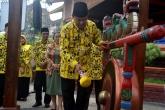 Bupati Inhil, HM Wardan memukul Gong tanda dimulainya kegiatan pagelaran TTTG ke III Riau di Tembilahan
