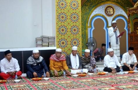 Staff Ahli Bupati, Hafitsyah (dua dari kanan) saat menghadiri peringatan Isra' Mi'raj