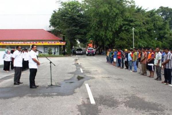 Wabup Inhu H Khairizal saat memberi arahan pada acara pelepasan atlit dayung