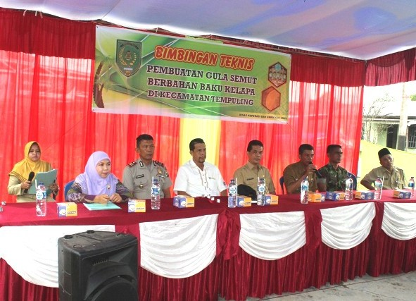 Kadiskop UMKM Inhil, H Dianto Mampanini SE MT ( empat dari kanan) saat menghadiri acara pembukaan pelatihan pengolahan gula semut di Kecamatan Tempuling