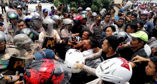 Bentrok  :  Massa saat bentrok dengan anggota Polisi di Mapolres Kepulauan Meranti Kep Riau  kamis (25-8-2016) Foto Ahmad Yuliar / Riau Pos