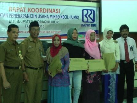 Foto bersama sejumlah pelaku UKM yang menerima sertifikat label halal