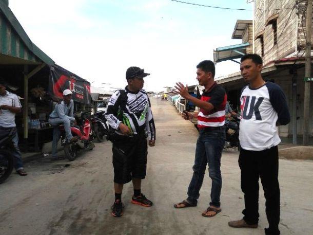 Ketua DPRD Inhil H Dani M Nursalam (kiri) berdialog dengan Camat Kecamatan Tanah Merah Yuliargo disela kegiatan touring bersama ISSI di Kecamatan tersebut. minggu (4/12/2016)