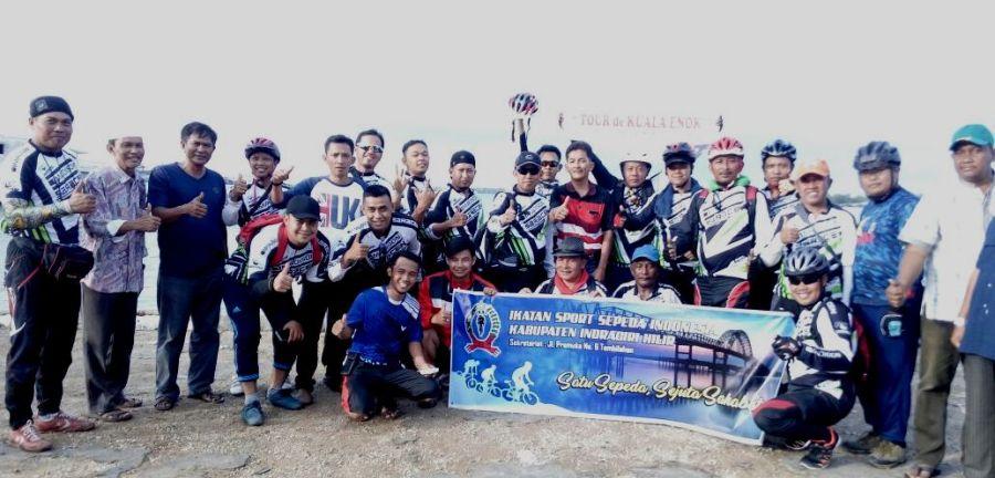 Ketua DPRD Inhil Dani M Nursalam (tengah bertopi dan berkacamata hitam) foto bareng Camat Tanah Merah Yuliargo (berbaju kaos hitam merah) dan anggota ISSI di Kuala Enok