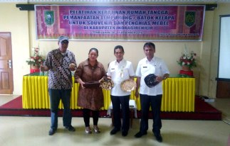 Kadiskop UMKM Inhil DR H Dianto Mampani SE MT (2 dari kanan) di dampingi Kasi Usaha Kecil Diskop UMKM Provinsi Riau M Lungga (kanan) dan instruktur pelatih memperlihatkan hasil kerajinan dari tempurung kelapa