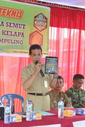 Kadiskop UMKM Inhil DR H Dianto Mampanini memperlihatkan foto produk hasil pengolahan gula semut