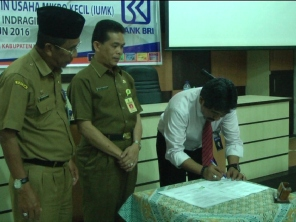 Kepala Bank BRI menandatangani kesepakatan bersama Diskop UMKM Inhil