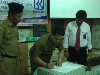 Disaksikan Staf Ahli Bupati dan Kepala BRI, Kadiskop UMKM Inhil DR H Dianto Mammpanini SE MT menandatangani berkas kesepakatan kerajsama