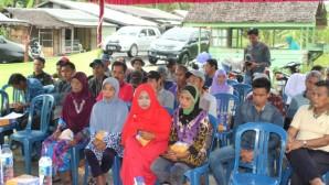 Kelompok petani kelapa di kecamatan tempuling tampak serius mendengarkan pemaparan tentang produksi pengolahan gula semut dari nira kelapa yang disampaikan oleh narasumber
