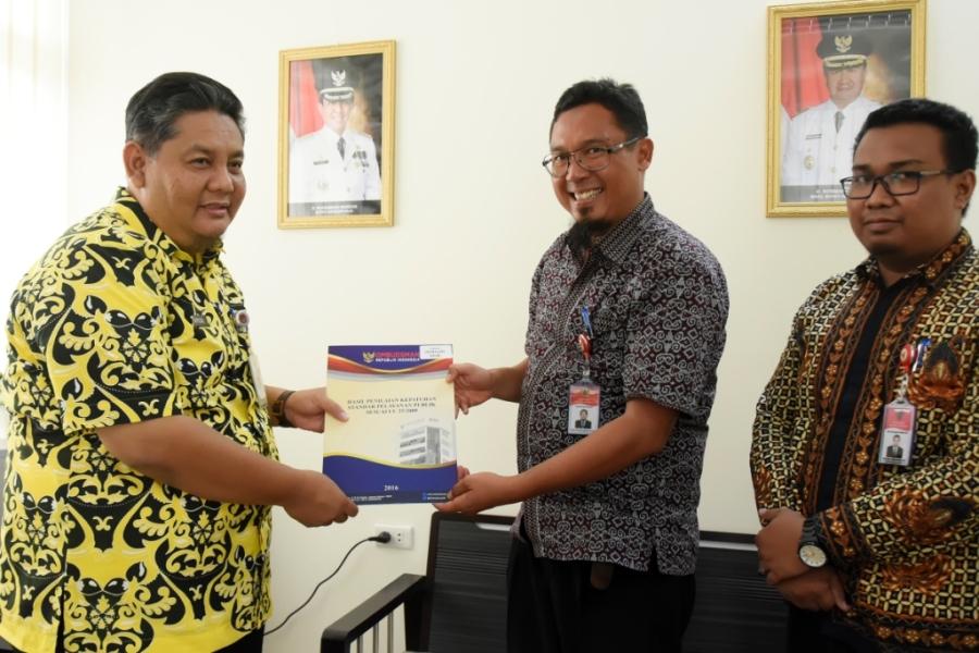 mewakili Pemkab Inhil Asisten 1 Setdakab Inhil, Afrizal (kiri) menerima Hasil penilaian kepatuhan standar pelayanan publik sesuai UU No. 25 TH 2009