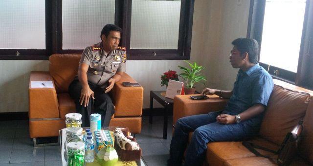 salah seorang inisiator Komunitas Peduli Anak (KOMPAK) Inhil Maryanto SH saat melakukan perbincangan dengan Kapolres Inhil AKBP Dolifar Manurung SIK