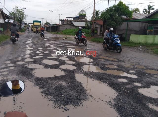 Kondisi ruas jalan Nasional di Parit VI Kecamatan Tembilahan Hulu Kabupaten Indragiri Hilir yang kondisinya sudah sangat memprihatinkan ini masuk salah satu ruas jalan Nasional yang tahun ini akan dilakukan perbaikan.