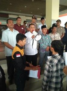 Ketua DPRD inhil Dani M Nursalam berikan penjelasan