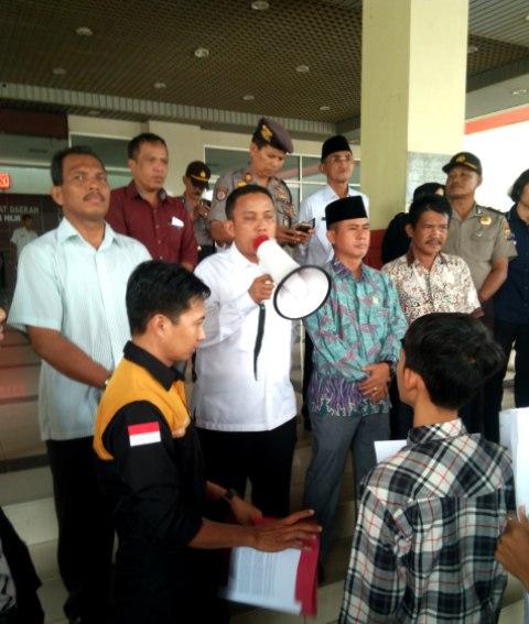 Ketua DPRD Inhil Dani M Nursalam saat menyampaikan penjelasan