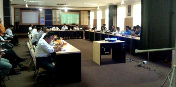 Suasana pertemuan antara Bupati Inhil HM Wardan dengan Perwakilan Masyarakat Desa Pungkat dan WALHI membahas tuntutan pencabutan Izin PT SAL
