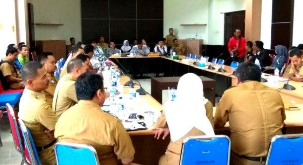 Suasan hearing bahs honorer K2 di ruang Banggar gedung DPRD Inhil jl HR Subrantas Tembilahan, senin (16/1/2017)