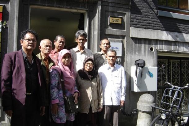 Jeffr Pondaag, dari Yayasan KUKB saat membawa perwakilan korban pembantaian Rawagede ke pengadilan Belanda, Juni 2011.