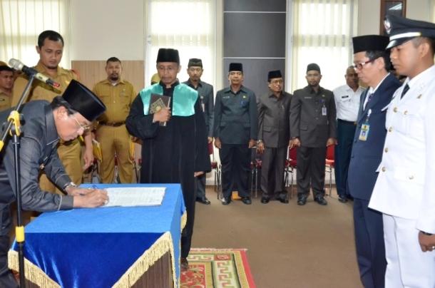 Penandatanganan Naskah Pelantikan Oleh Bupati HM.Wardan