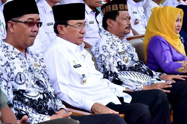 Dari kiri: Ketua PGRI Inhil,Yaswar Aprilian, Bupati Inhil HM Wardan dan Camat Tembilahan RM Sudinoto