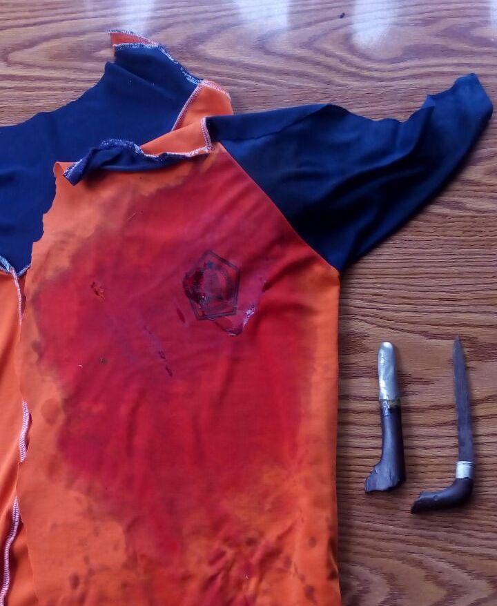 Baju Kaos berlumur darah dan sebilah badik yang diamankan petugas kepolisian sebagai Barang Bukti