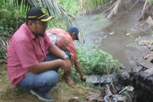 Ketua Komisi III DPRD Inhil Iwan Taruna saat meninjau langsung perairan yang dicemari limbah PT PKS Putra Keritang Sawit
