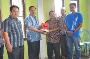 Sekda Inhil H Said Syarifudin (2 dari kiri) saat menyerahkan bantuan kepada korban kebakaran