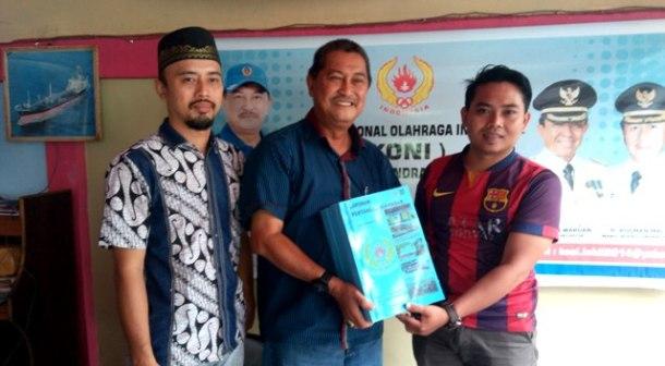 Ketua KONI Inhil H Syamsuddin Uti (tengah) mmemperlihatkan dokumen SPJ yang telah diselesaikan.