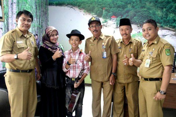Kabag Humas dan Protokol Setdakab Inhil, Marlis Syarif (tiga dari kanan) didampingi sejumlah staff berfoto bersama Ilham