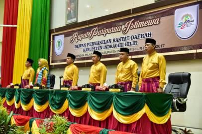 Unsur pimpinan DPRD Inhil, Bupati dan Utusan Gubernur Riau dengan penuh semangat mengumandangkan lagu Indonesia Raya mengawali rapat paripurna istimewa Milad ke-52 Kabupaten Indragiri Hilir diruang Rapat Paripurna gedung DPRD Inhil jalan HR Subrantas Tembilahan