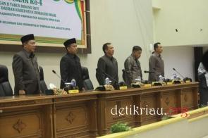 Asisten II Setdakab Inhil dan unsur pimpinan DPRD Inhil saat melantunkan lagu Indonesia Raya mengawali pelaksanaan rapat paripurna