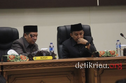 Bupati Inhil HM Wardan yang diwakili Asisiten II Rudiansyah dan Ketua DPRD Inhil Dani M Nursalam tampak berbincang menjelang pelaksanaan rapat paripurna