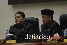 dari kiri Asisten I Setdakab Inhil Afrizal dan Ketua DPRD Inhil Dani M Nursalam tampak serius menyimak penyampaikan Pidato Pengantar Pimpinan Bapemperda