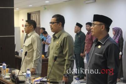 Sejumlah anggota DPRD Inhil menyanyikan lagu Indonesia Raya