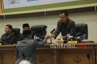 Ketua Badan Pembentukan Peraturan Daerah (Bapemperda) DPRD Inhil Malian Gazali menyalami pimpinan rapat paripurna H Feriyandi