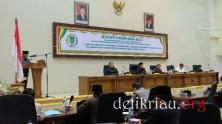 Pimpinan Badan Pembentukan Peraturan Daerah (Bapemperda) DPRD Inhil Malian Gazali saat menyampaikan pidato pengantar pada rapat paripurna ke 5 masa sidang ke II tahun 2017
