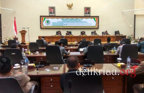 Pimpinan rapat, Dr H Mariyanto saat mengawali pelaksanaan rapat paripurna ke 4 masa sidang ke II Tahun 2017 bertempat diruang rapat paripurna gedung DPRD Inhil jalan HR Subrantas
