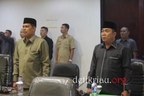 Sejumlah anggota dan staff DPRD Inhil melantunkan lagu kebangsaan Indonesia Raya