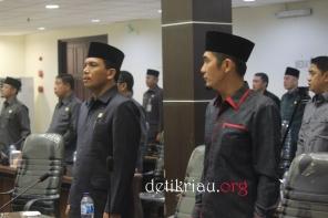 Sejumlah anggota DPRD Inhil tampak serius melantunkan lagu Indonesia Raya menjelang dimulainya pelaksanaan rapat paripurna