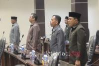 Sejumlah anggota DPRD Inhil yang ikut menghadiri rapat paripurna saat menyanyikan lagu Indonesia Raya