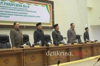Sekda Inhil dan Unsur pimpinanan DPRD Inhil melantunkan lagu Indonesia Raya dengan sikap serius dan penghayatan mengawali pelaksanaan rapat paripurna