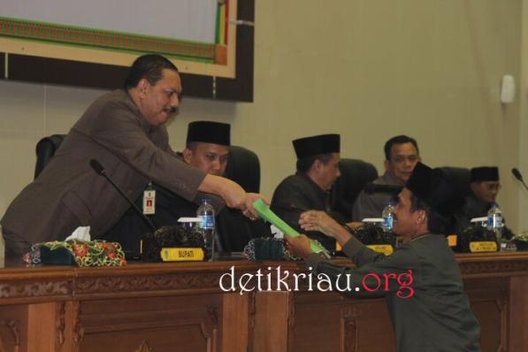 Sekdakab Inhil H Said Syarifudin menerima dokumen hasil pembahasan Panitia Khusus (Pansus) pembahasan Ranperda hak keuangan dan administratif pimpinan dan anggota DPRD