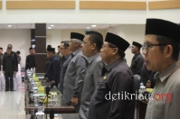 Tampak sejumlah anggota DPRD Inhil tampak serius dan menghayati pelantunan lagu kebangsaan Indonesia Raya mengawali pelaksanaan rapat paripurna
